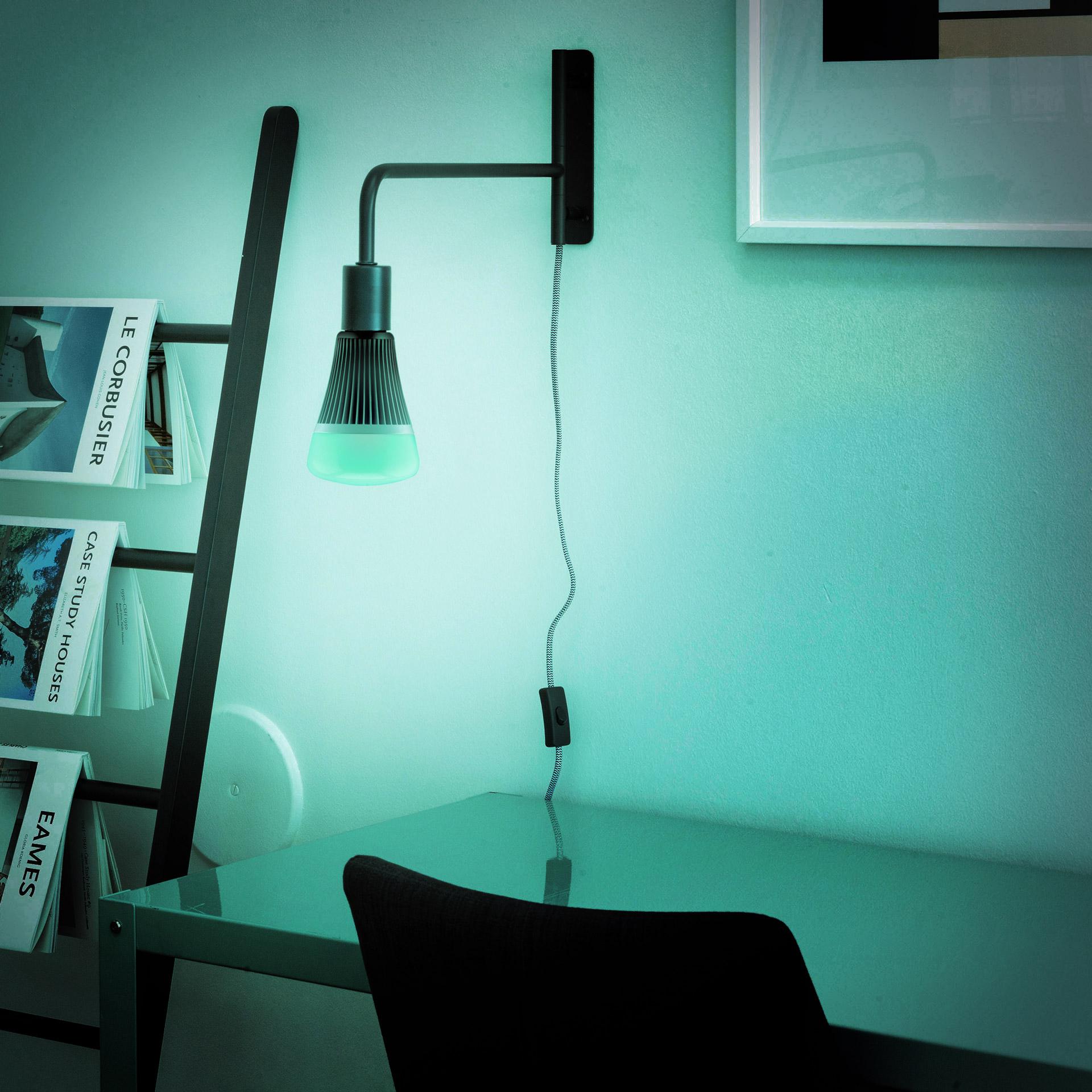 Une ampoule LED E27 éclaire en vert